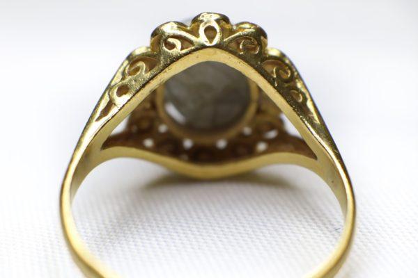 ด้านหงายแหวนดุนลายทอง