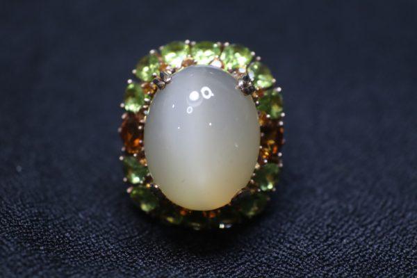 แหวนมูนสโตนล้อมด้วยเพอริดอท